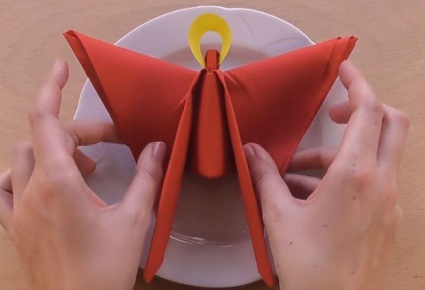 Ange de noël en serviette à papier